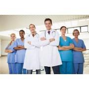 Медицинские формы и белые халаты